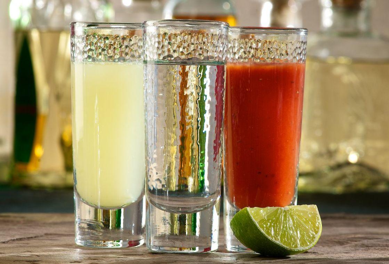 Текила: как правильно пить и чем закусывать? Как пьют текилу с солью и лимоном или лаймом? Как пьют текилу в Мексике и в России, чем запивают?