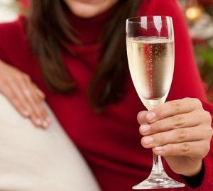 как правильно держать бокал с шампанским