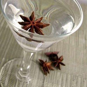плод аниса в стакане